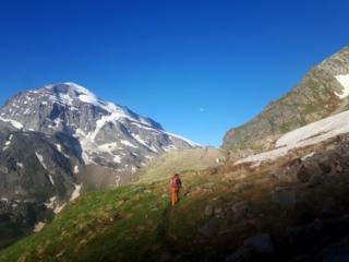le prime luci del sole, mentre l'Alpe Veglia, giù in basso, è ancora avvolta dalle ombre
