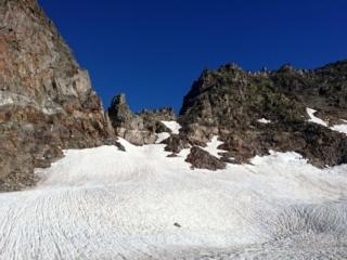 incamminandoci verso la Forca notiamo delle corde fisse sulle rocce alla sua base: abbiamo individuato la via di salita