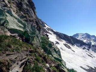 dopo aver ridisceso per qualche decina di metri il nevaio dal lato svizzero, oltrepassato il risalto con la croce sopra, riguadagnamo la forcella e proviamo a salire da qui sulla cresta del Rebbio: ci rendiamo subito conto che il terreno è orribile