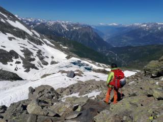 sulla verticale della hutte e del lago glaciale del versante svizzero individuiamo una via di salita più morbida e proviamo a raggiungerla