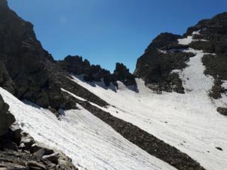 la Forca del Rebbio vista dal versante svizzero e la roccia con la croce che sta al suo centro