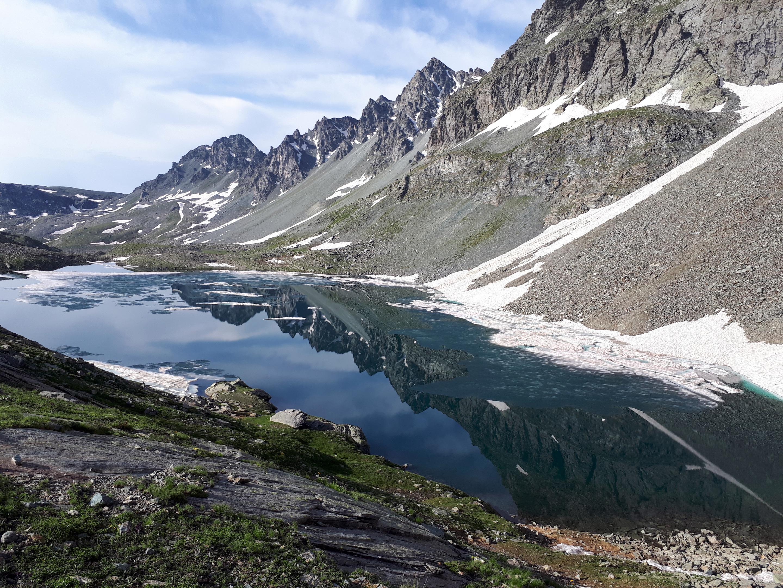Bellssimo scorcio della cresta che si riflette nel lago Grande di Viso