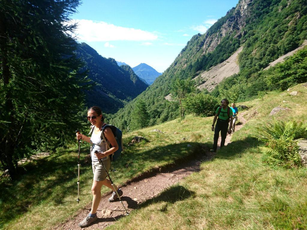 il sentiero è comodo e adatto a tutti: nella prima parte attraversa boschi e radure