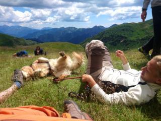 momenti di gioco al Rifugio Grassi: quant'è bello rotolarsi nell'erba?!