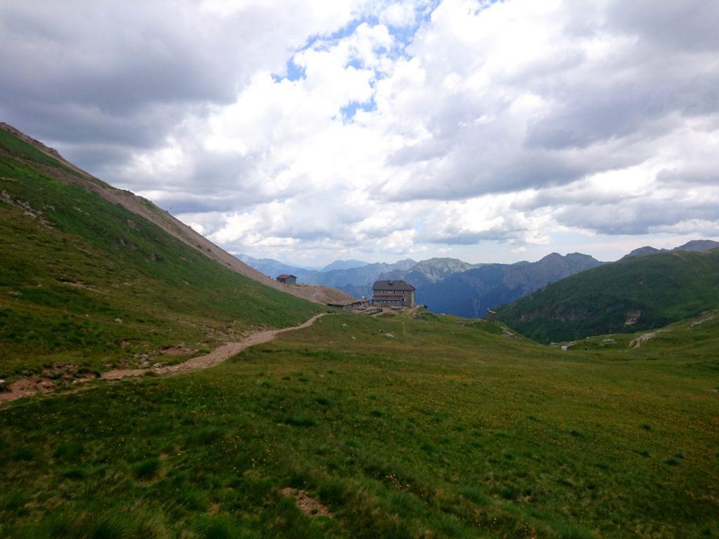 il Rifugio Grassi, 2000 metri secchi in posizione panoramica sull'alpeggio del Camisolo