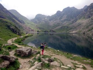 Seguiamo il lago Fiorenza fino al versante opposto