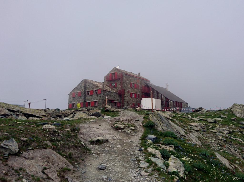 Vista del rifugio Quintino Sella tra le nuvole