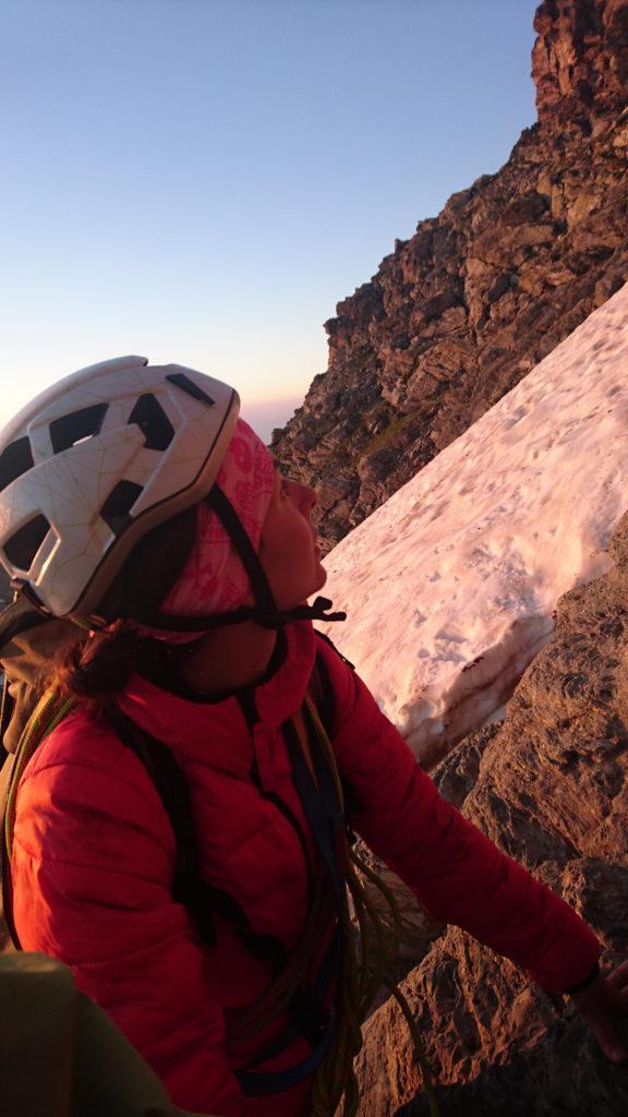 Erica sulle prime rocce studia il percorso