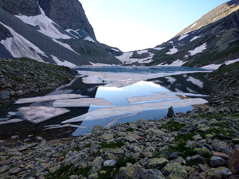 il Lago Grande di Viso con i pezzi di ghiaccio affioranti