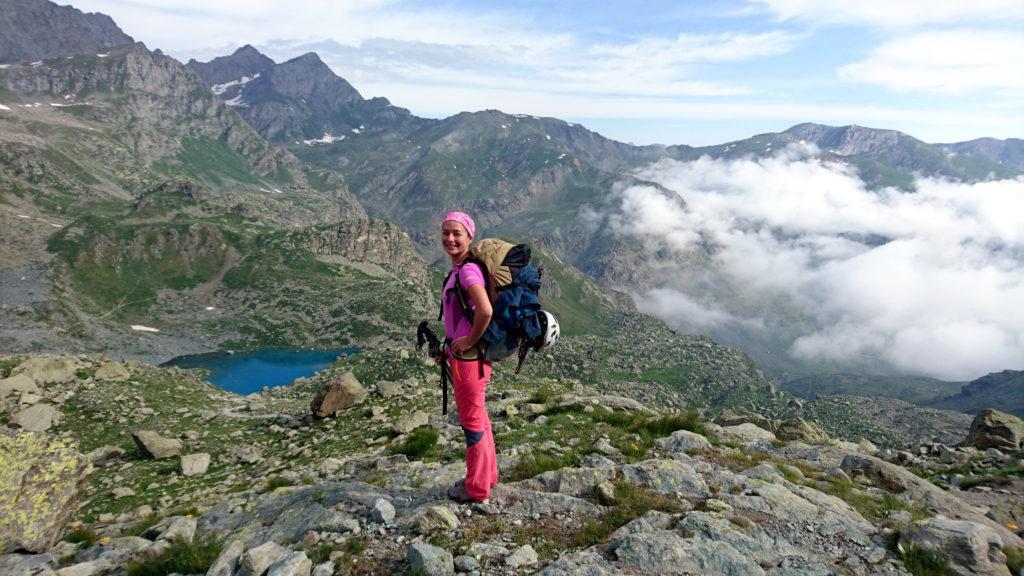 Torniamo verso valle la mattina del lunedì. Erica con il lago Chiaretto