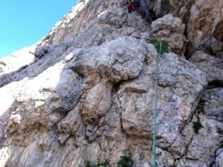 il primo tiro di III sullo spigolo Gasperi, come si vede la roccia è lavoratissima