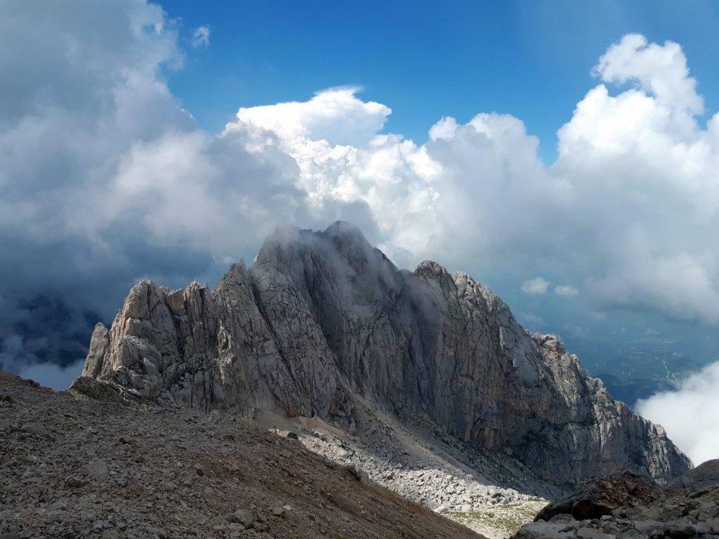 le pareti del Corno Piccolo, che ci studiamo tra una nuvola e l'altra