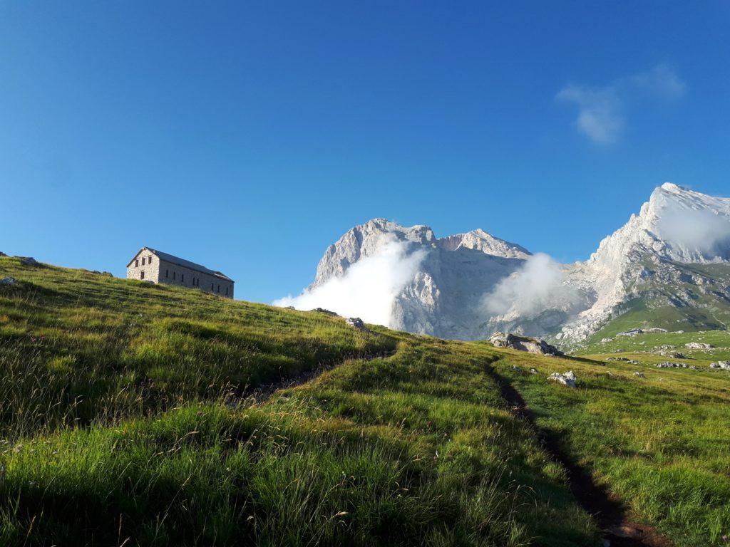 l'albergo Diruto: dietro le prime nuvole iniziano ad addensarsi sul Gran Sasso