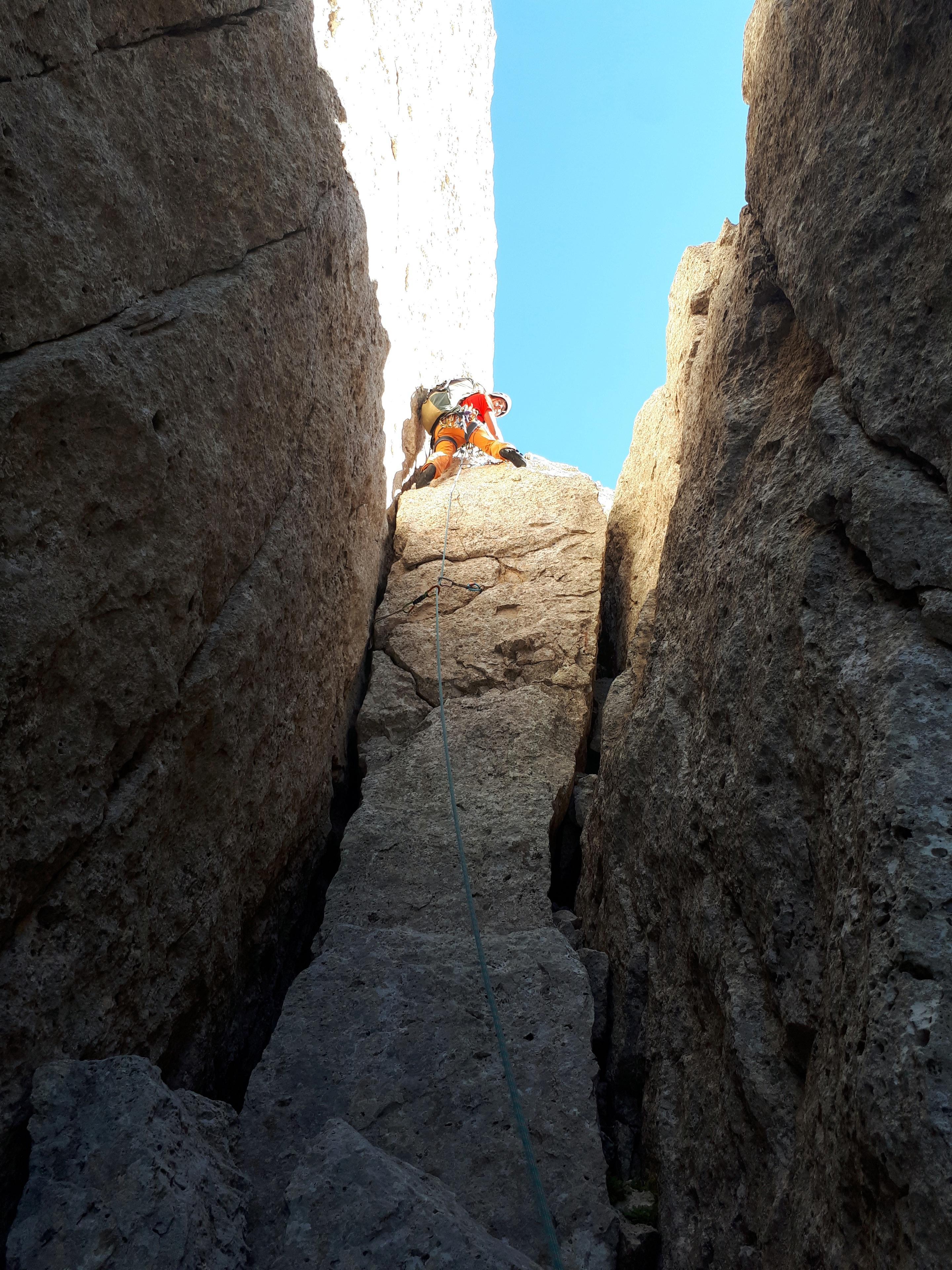 il muretto che bisogna superare per passare sulla cengia del versante opposto, il punto più ostico della Via