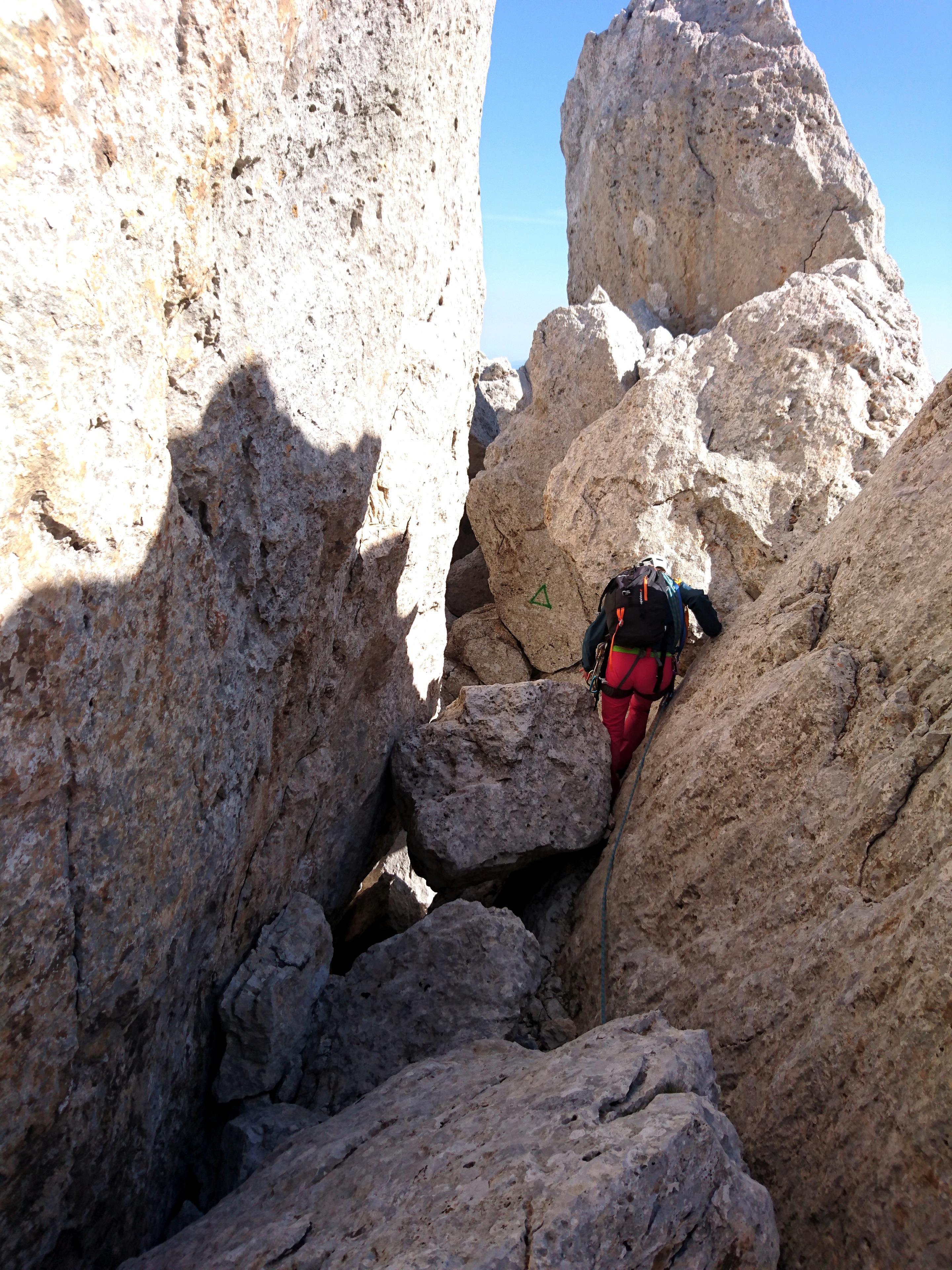 """in molti punti si """"passeggia"""" tra le rocce della cresta"""