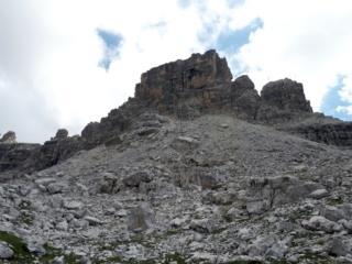 """il Castelletto Inferiore visto dal versante opposto al Tuckett: questo è il ghiaione che si deve scendere """"sciando"""" fino a raggiungere qualche traccia omettata"""