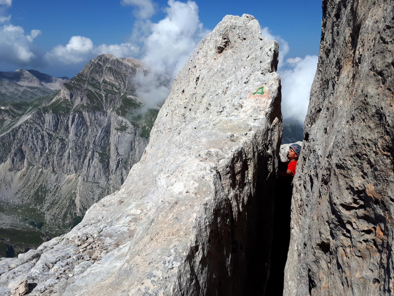 in questo punto si può passare sopra la grande roccia oppure all'interno della fessura