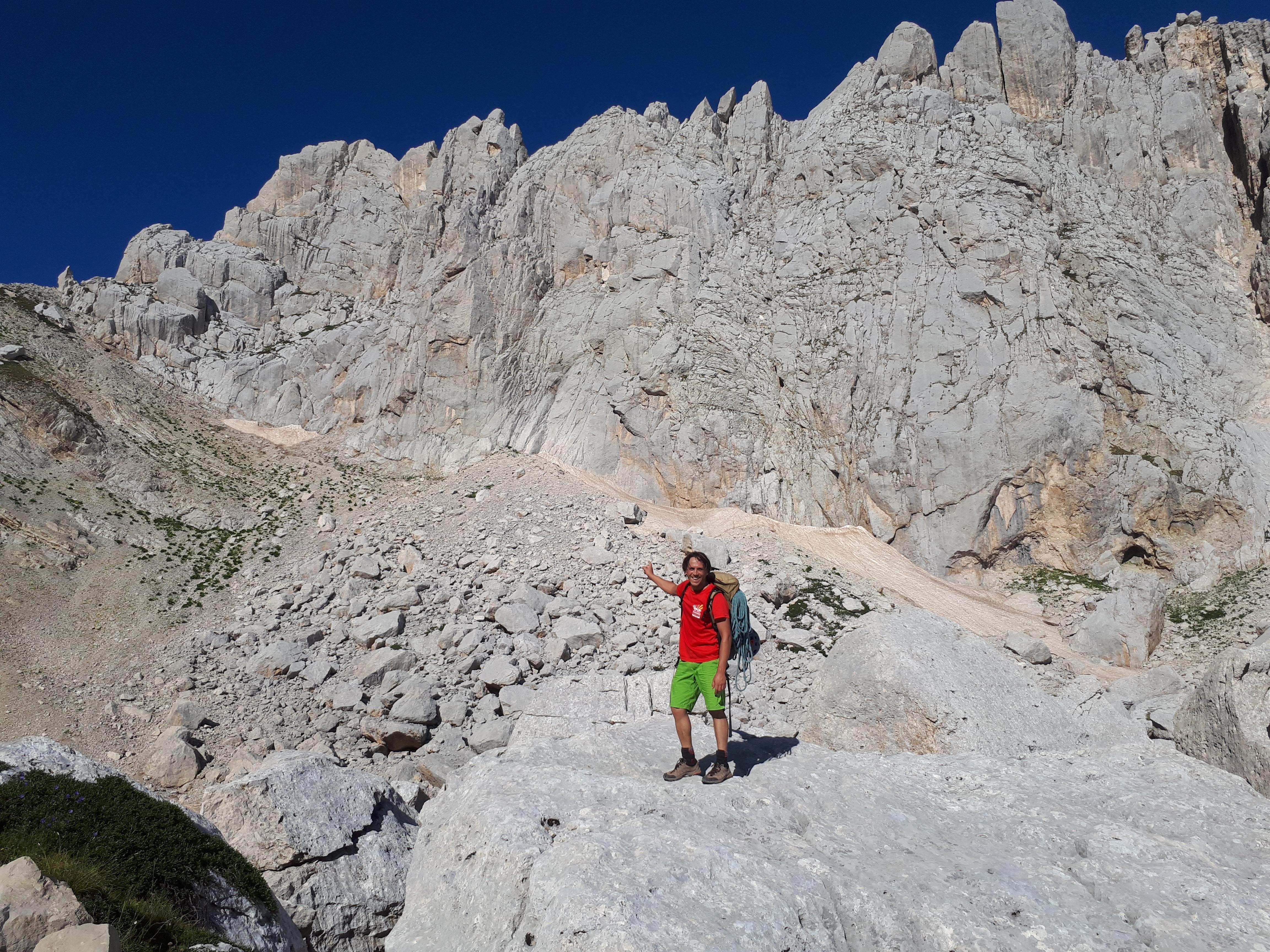 primo approccio alla bastionata del Corno Piccolo, solcata da vie di arrampicata: già ci piace!