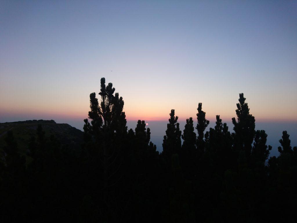 il sole sorge nella foschia del mattino