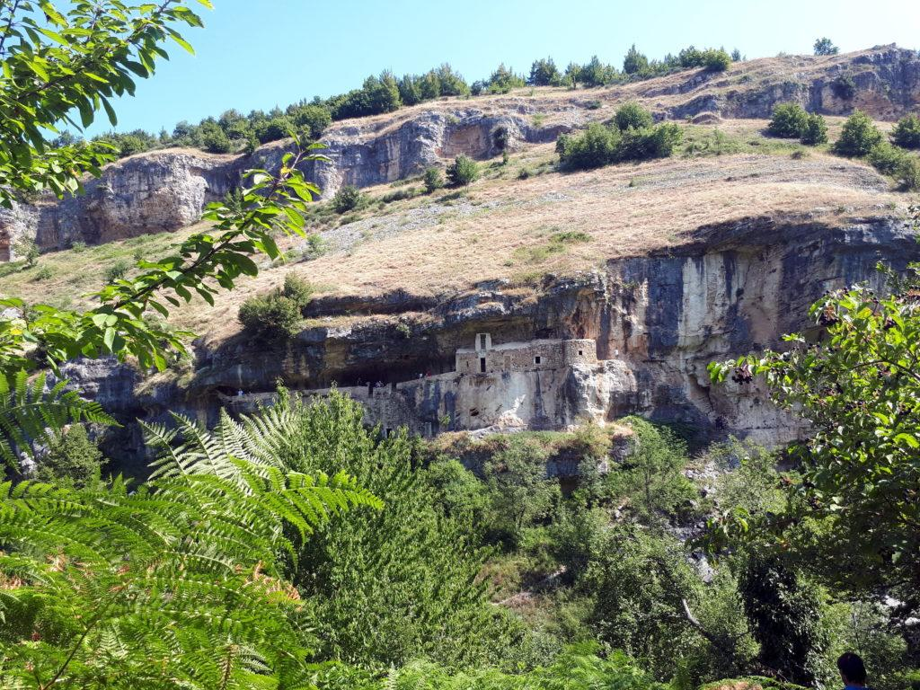 la profonda valle, che bisogna discendere, e sull'opposta parete l'eremo di San Bartolomeo