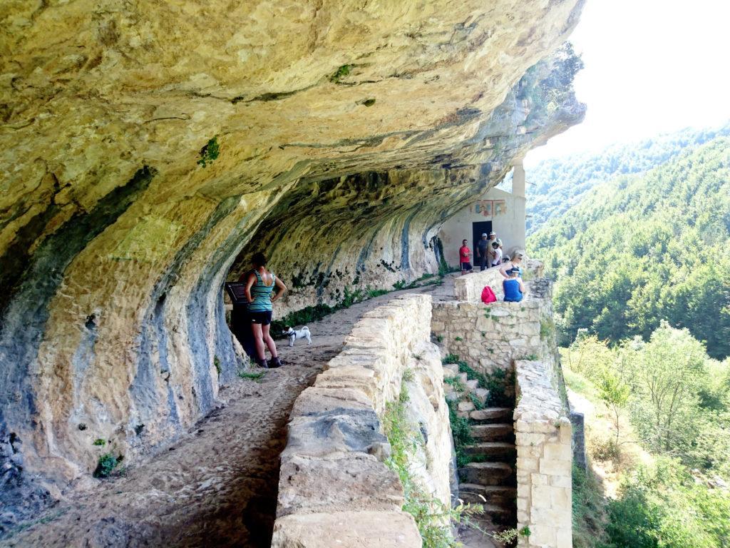 la balconata ricavata nella roccia sulla quale si affaccia l'eremo