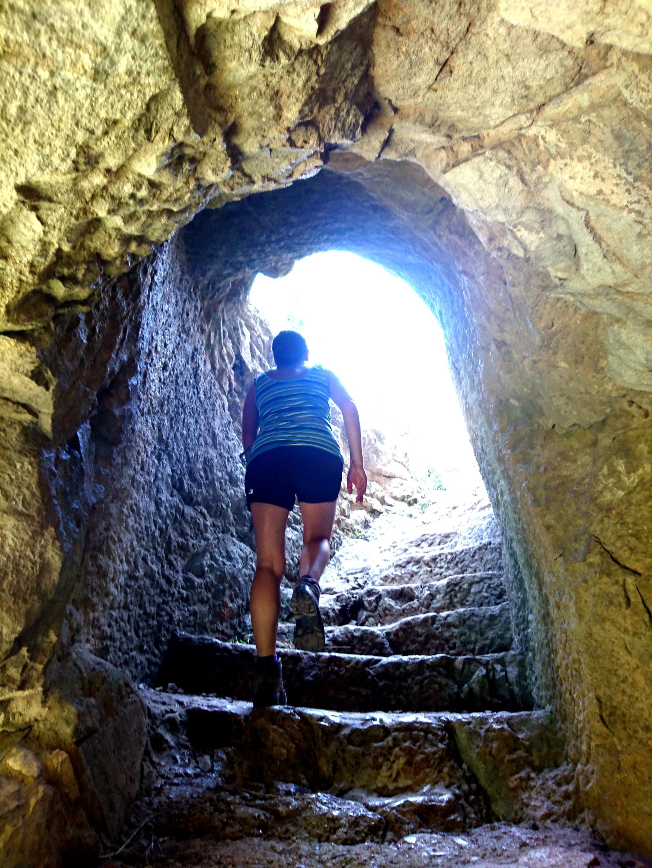 al termine della balconata, attraverso questo passaggio, ci si ricollega al sentiero che arriva da Roccamorice