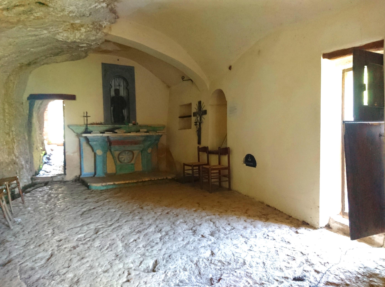 l'interno dello spazio di preghiera: sul retro una piccola stanzetta destinata ad ospitare l'eremita di turno