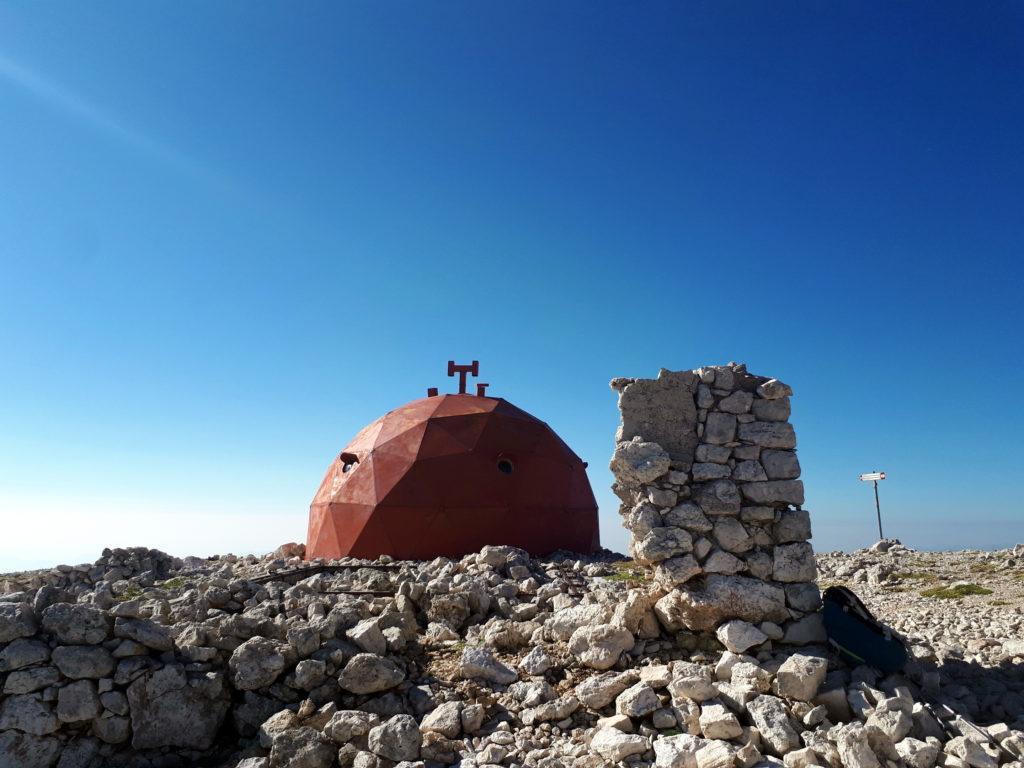 il Bivacco Pelino e i resti del vecchio rifugio in pietra del 1890