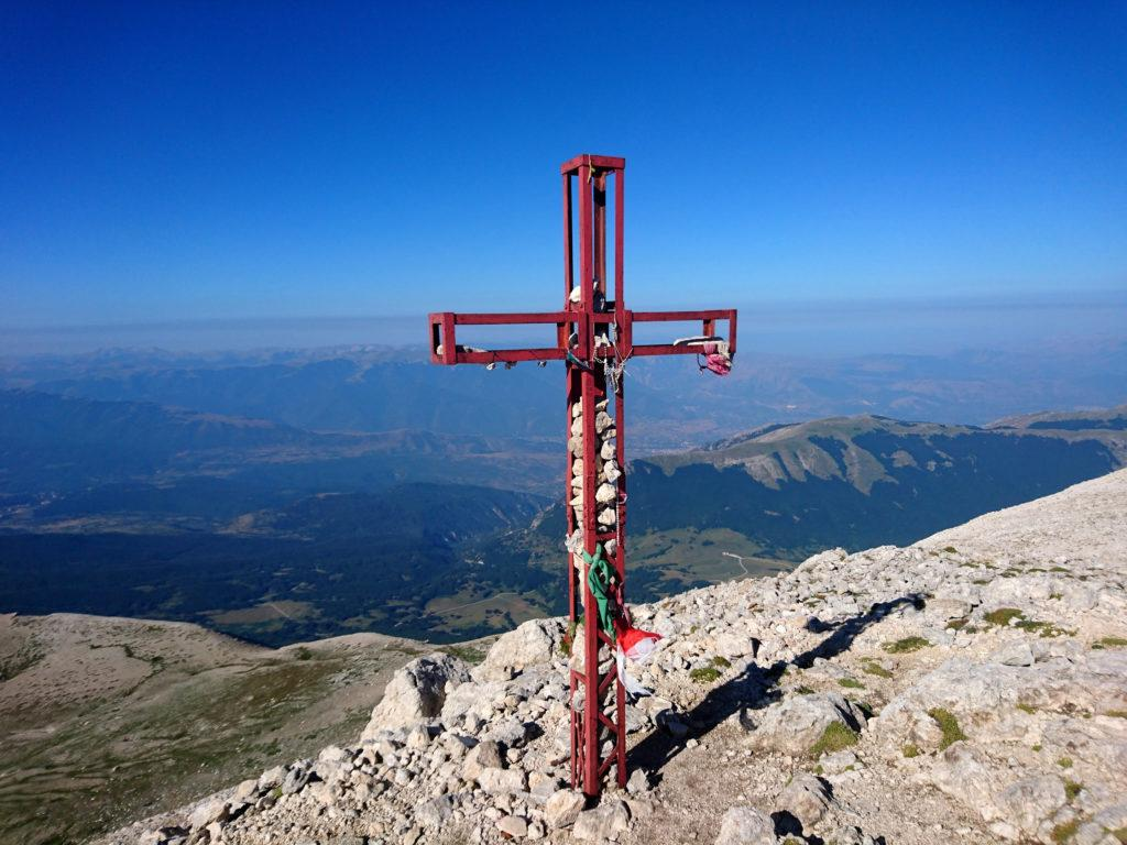 altra foto della Croce di vetta, con le valli sottostanti