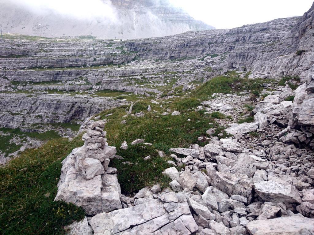 La comoda traccia che dalla cima conduce al Graffer