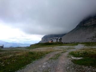 Il rifugio Graffer sotto le nubi minacciose