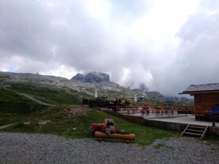 L'ampia terrazza del rifugio Graffer