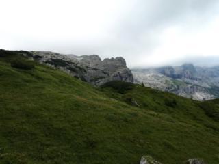 Vista dei torrioni della Corna Rossa dalla parte alta del sentiero di discesa