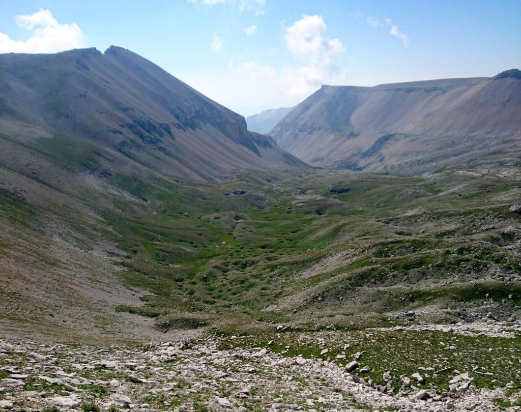 uno dei valloni laterali, costellato da buchi enormi, come fosse stato colpito da meteoriti
