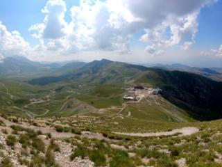 il parcheggio di Campo Imperatore, con l'Osservatorio e l'Albergo, visto dall'alto
