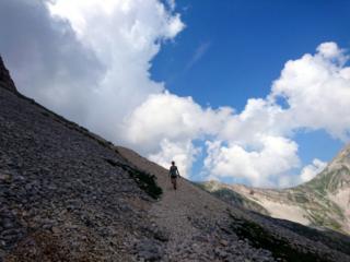 dal Portella si scende sul ghiaione e si entra in campo pericoli, che d'inverno diventa quasi inaccessibile
