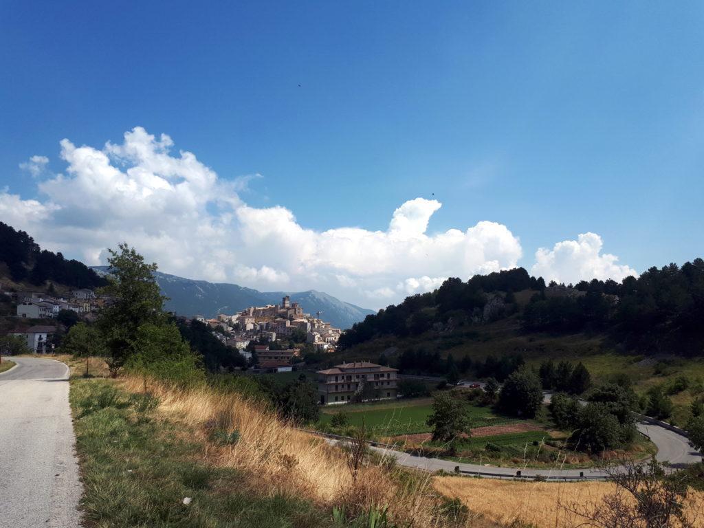 lungo la strada per Caramanico Terme, che allungheremo per vedere quanto più possibile la zona, faremo tappa a Castel del Monte (no, non quello pugliese!)
