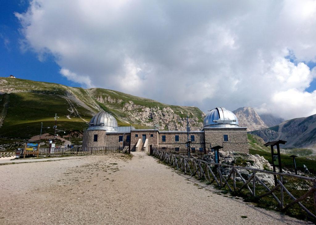 l'Osservatorio e sullo sfondo, a sinistra, il Rifugio Duca degli Abruzzi