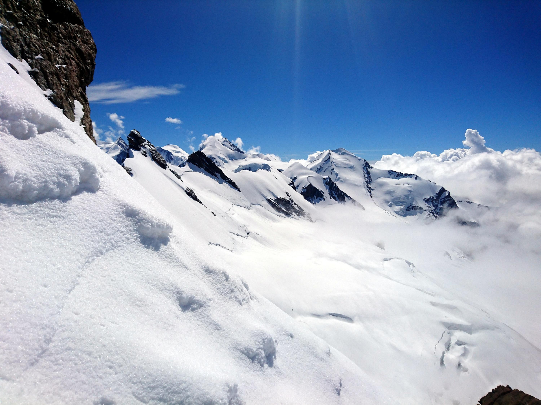 Splendida vista verso il Castore da circa metà salita, quando si raggiunge il termine della cresta rocciosa