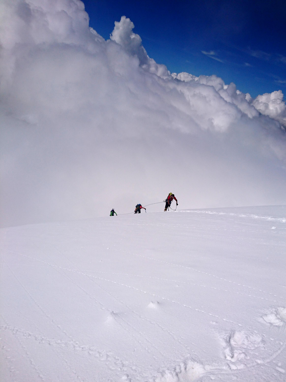 La cordata Paolo, Roberto, Stefano in uscita sulla cresta con i nuvoloni che incombono