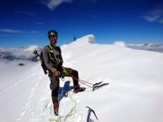 Samu soddisfatto sulla cresta accanto alla cima