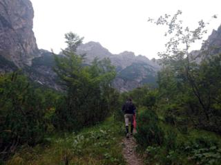 Il sentiero iniziale è ben tracciato e procede in falsopiano tra i mughi