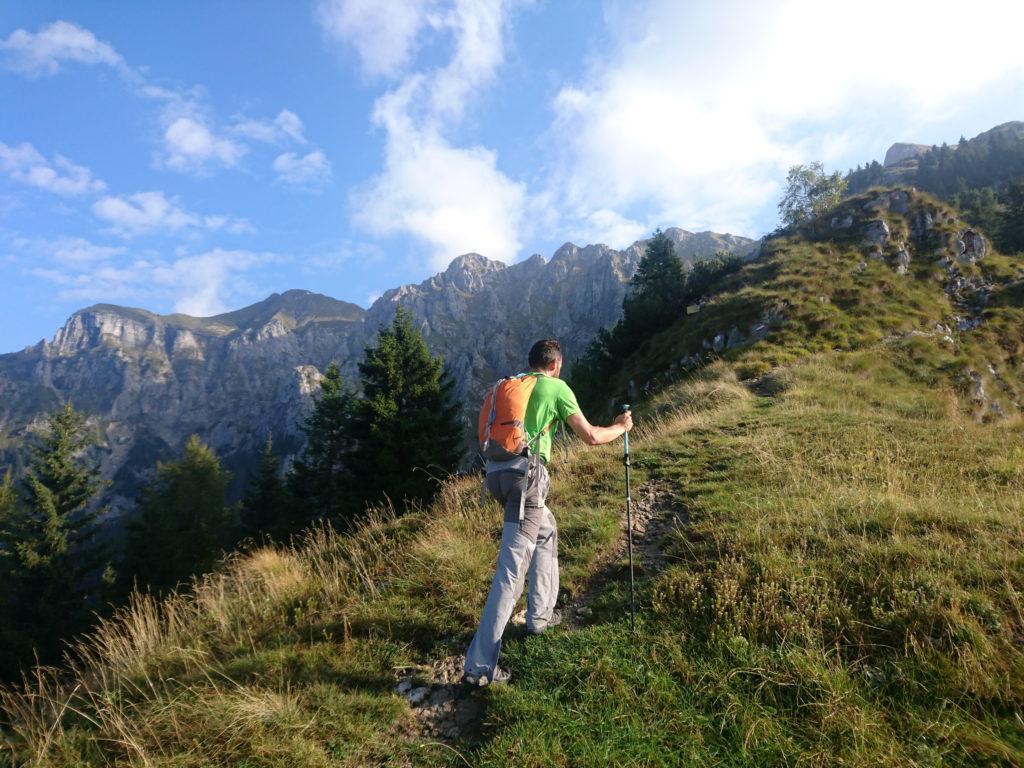Si risale poi per cresta fino ai pratoni che ospitano la baita di Monte Secco