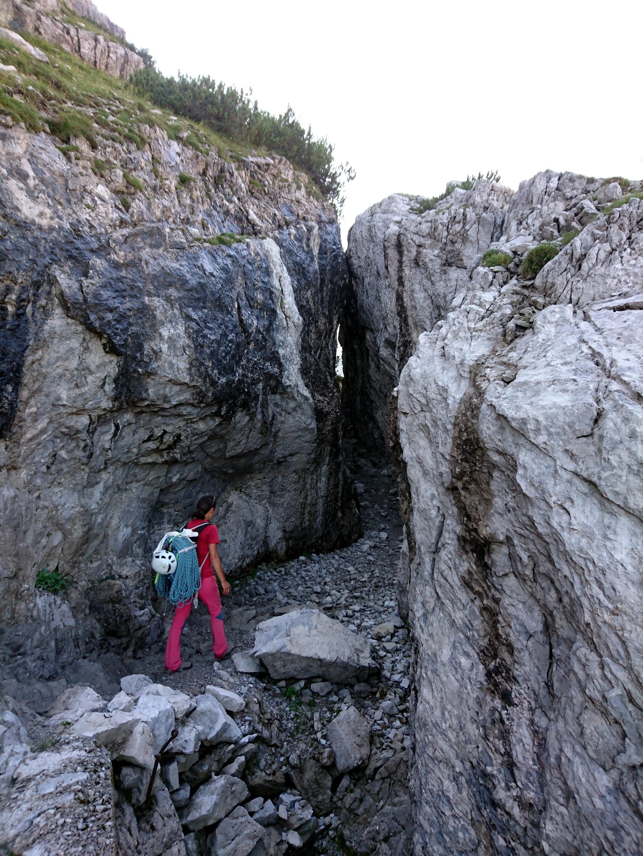 l'imbocco della grotta naturale sul sentiero che porta al rifugio Brentei