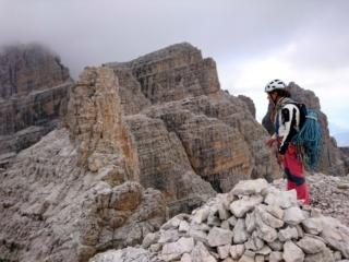 A sinistra, la cima Molveno vera e propria, raggiungibile con un ultimo facile tiro di corda