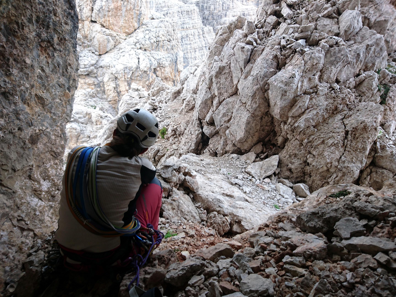 Erica attende che spiova nella grotta sotto l'anticima. Basteranno pochi minuti per fortuna