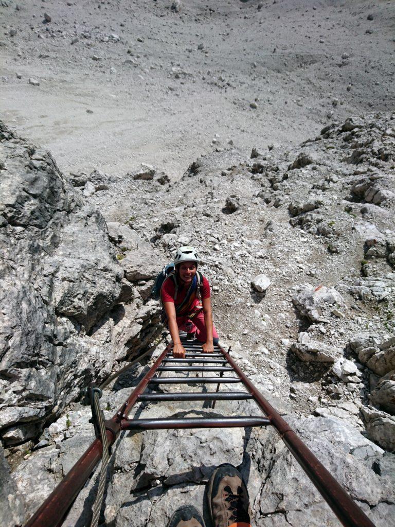 Per scendere si riprende poi il sentiero delle Bocchette che con comode scale ci riporta a valle