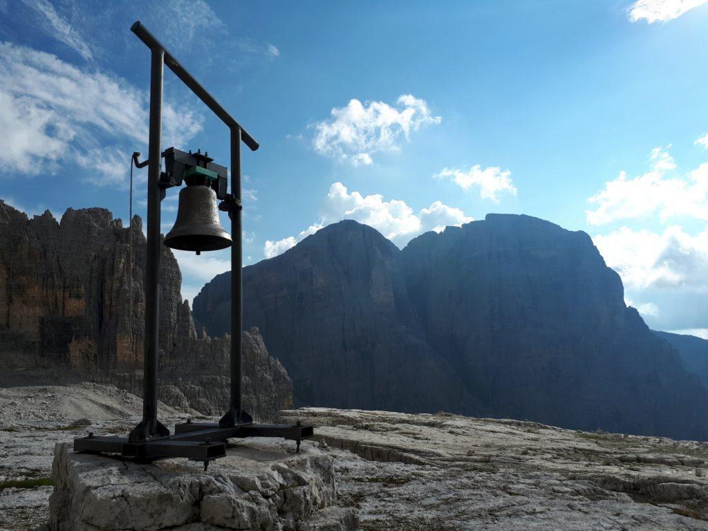 La campana del rifugio, i cui rintocchi ci hanno accompagnati per tutta la salita in vetta