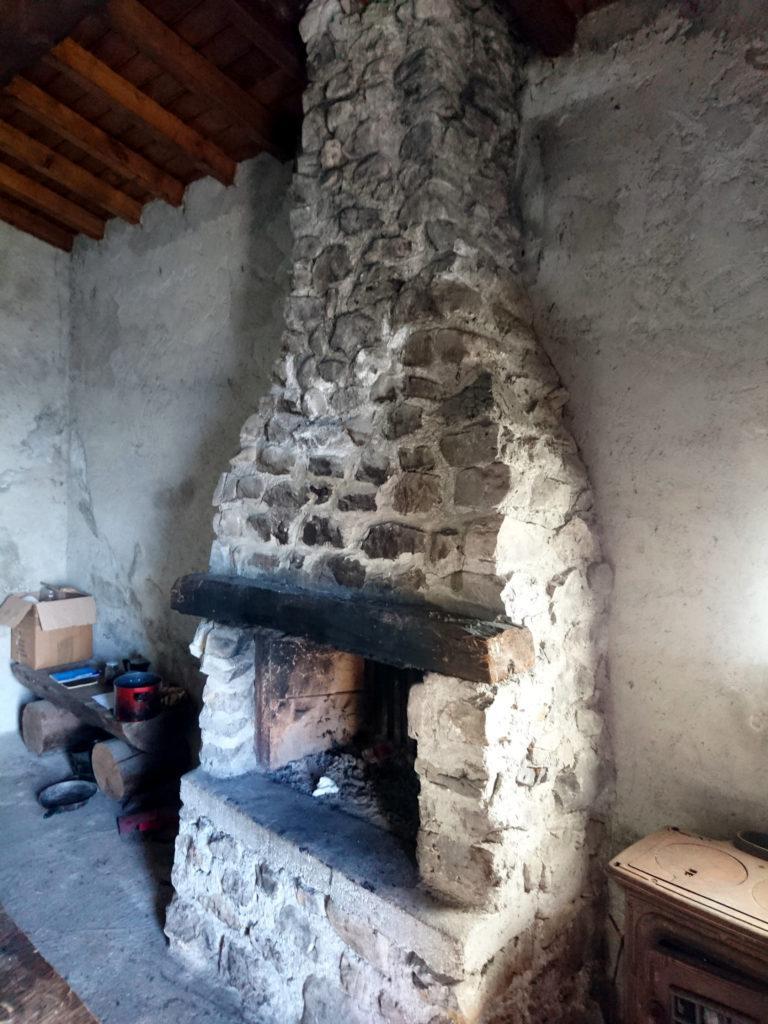 Il bel caminetto all'interno della baita di Monte Secco