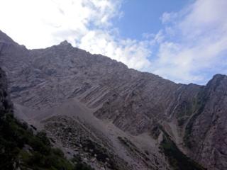 anche la montagna alla nostra destra è tutta fatta a strisce diagonali